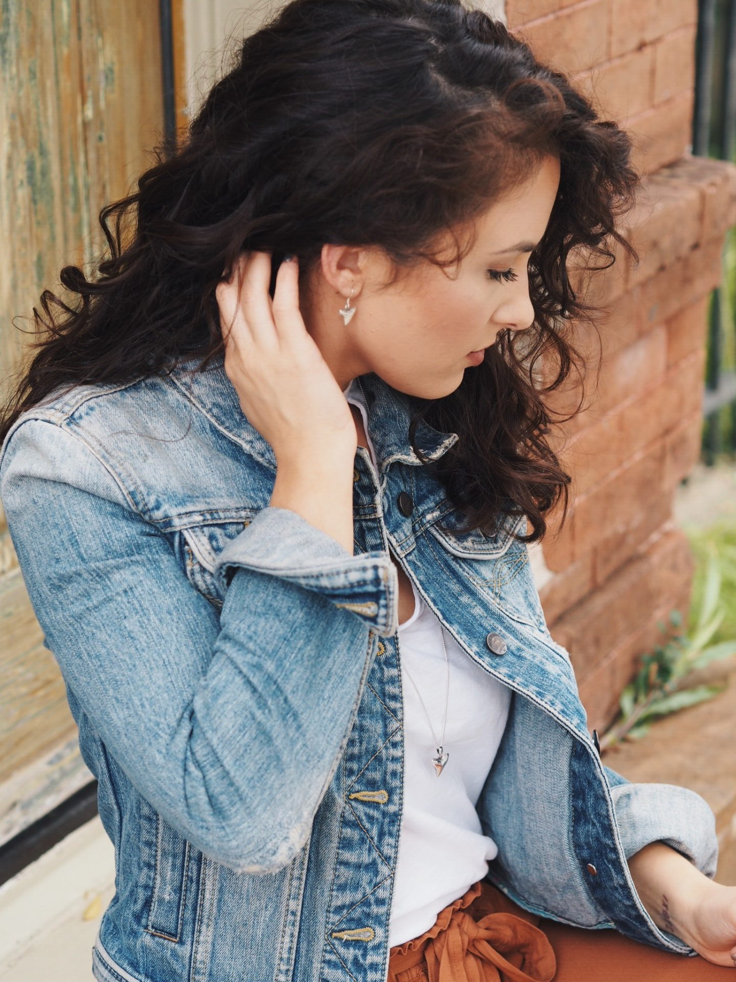 denim jacket. fall style. mom. mom style. fall fashion. fall trends. white tee. t-shirt. curly hair. curly hair looks